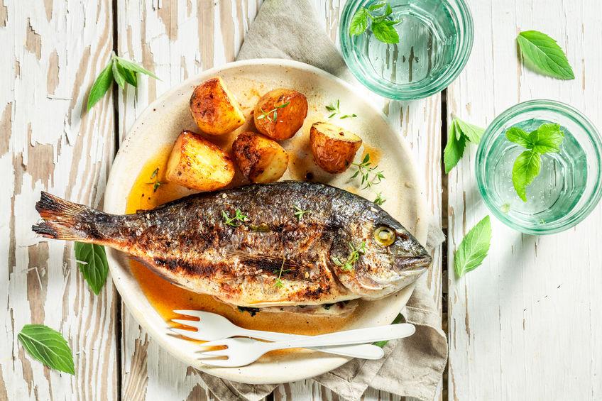 Pește la cuptor cu cartofi și ierburi aromate
