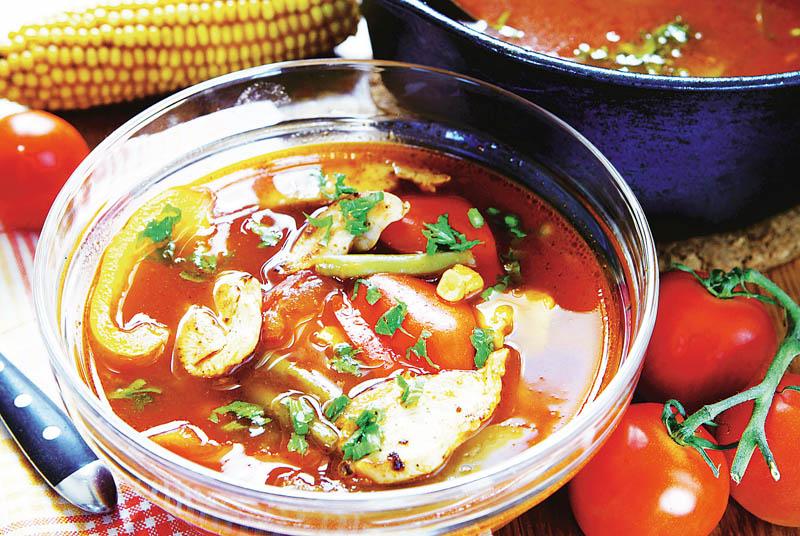ciorba de pui cu legume - castron traditional romanesc cu ciorba