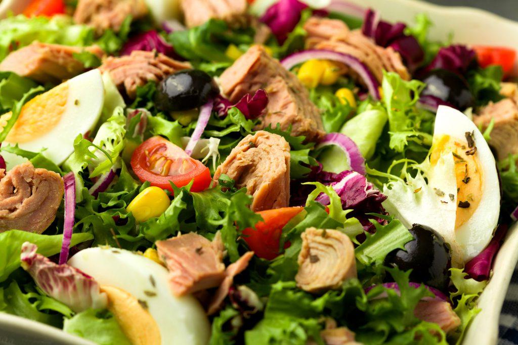 Salată cu ton şi ouă fierte