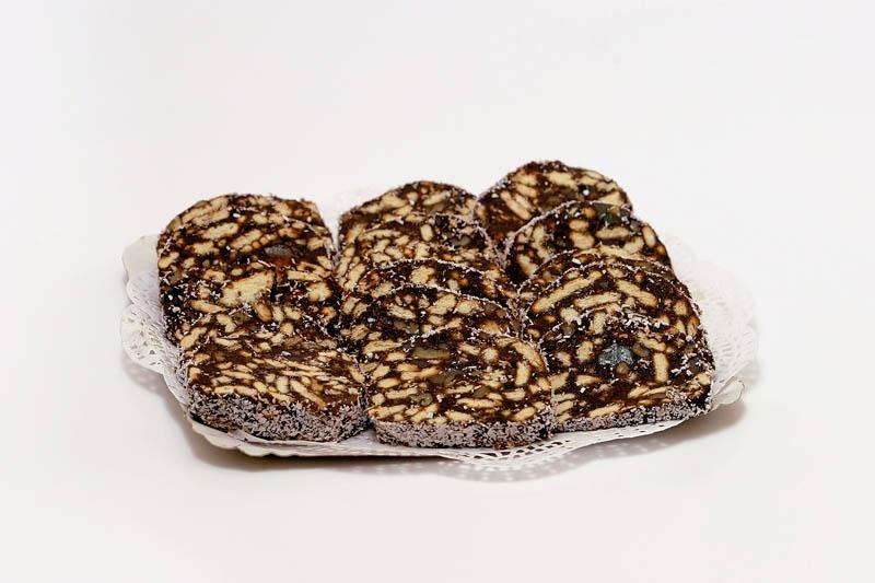 salam de biscuiti - felii de desert pe farfurie