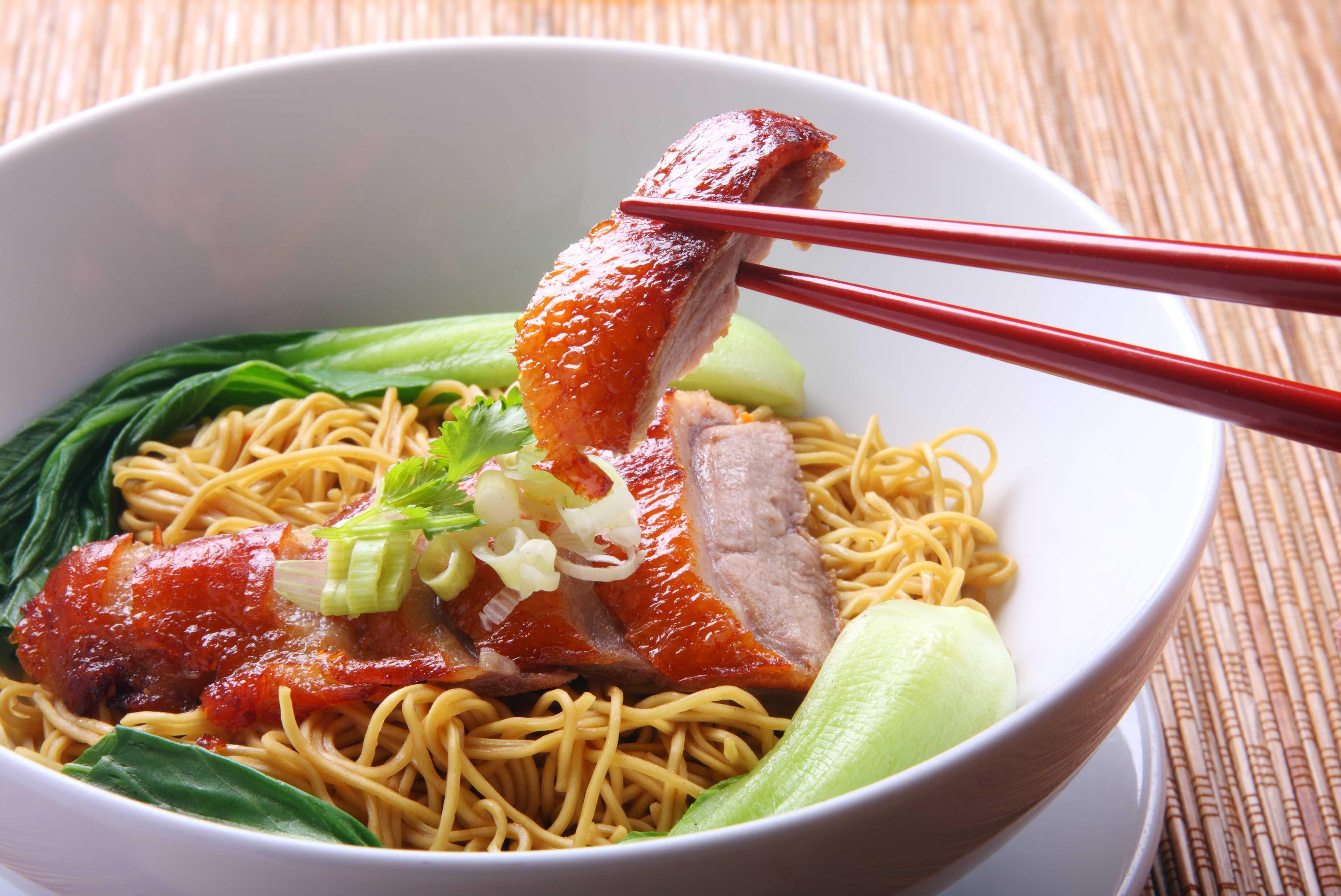 Tăiţei chinezesti cu carne, mancate in mod traditional si distinct pentru bucateria chinezeasca