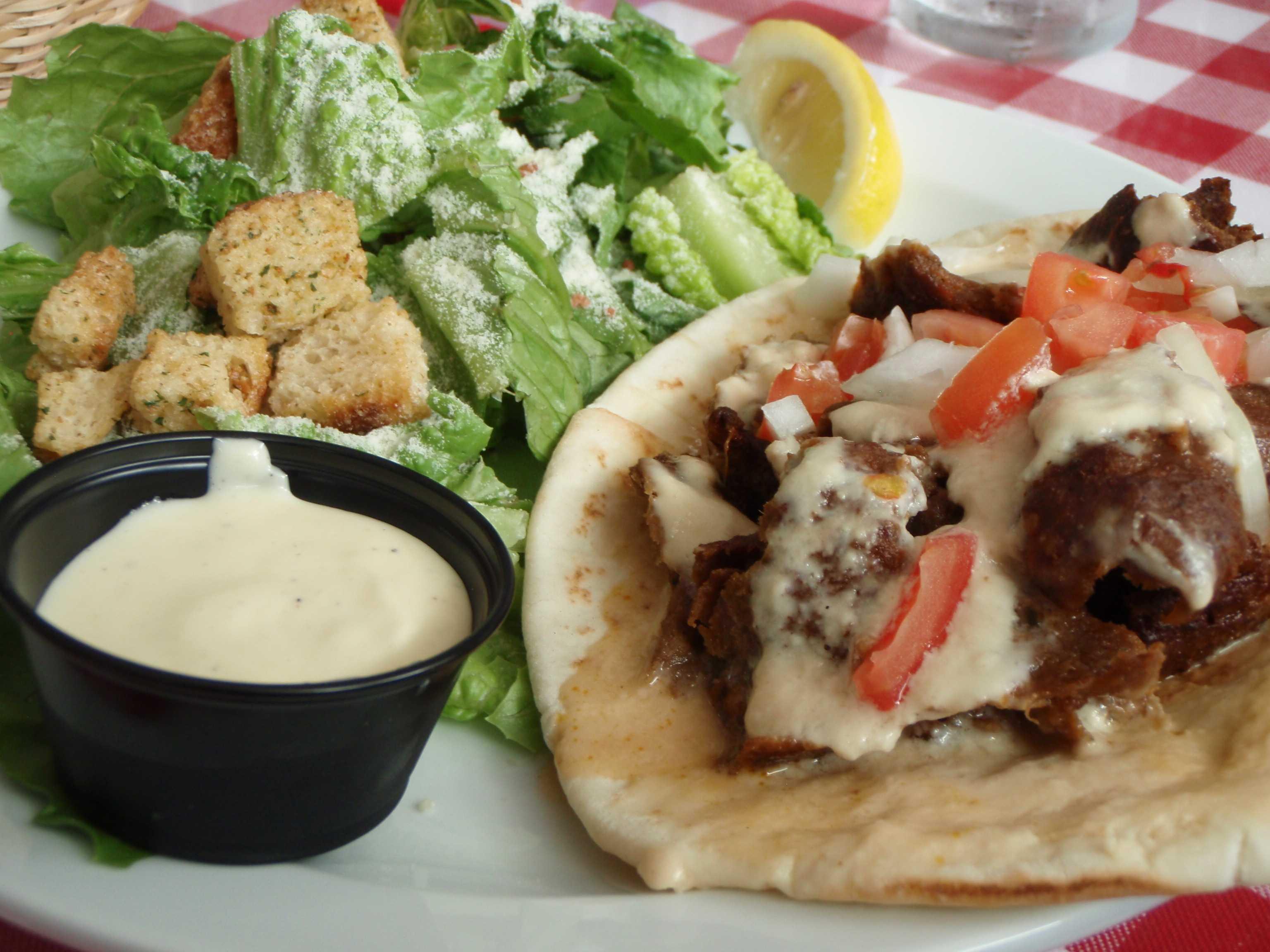 Bucataria orientala - falafel pe farfurie, servita cu salata si sosuri