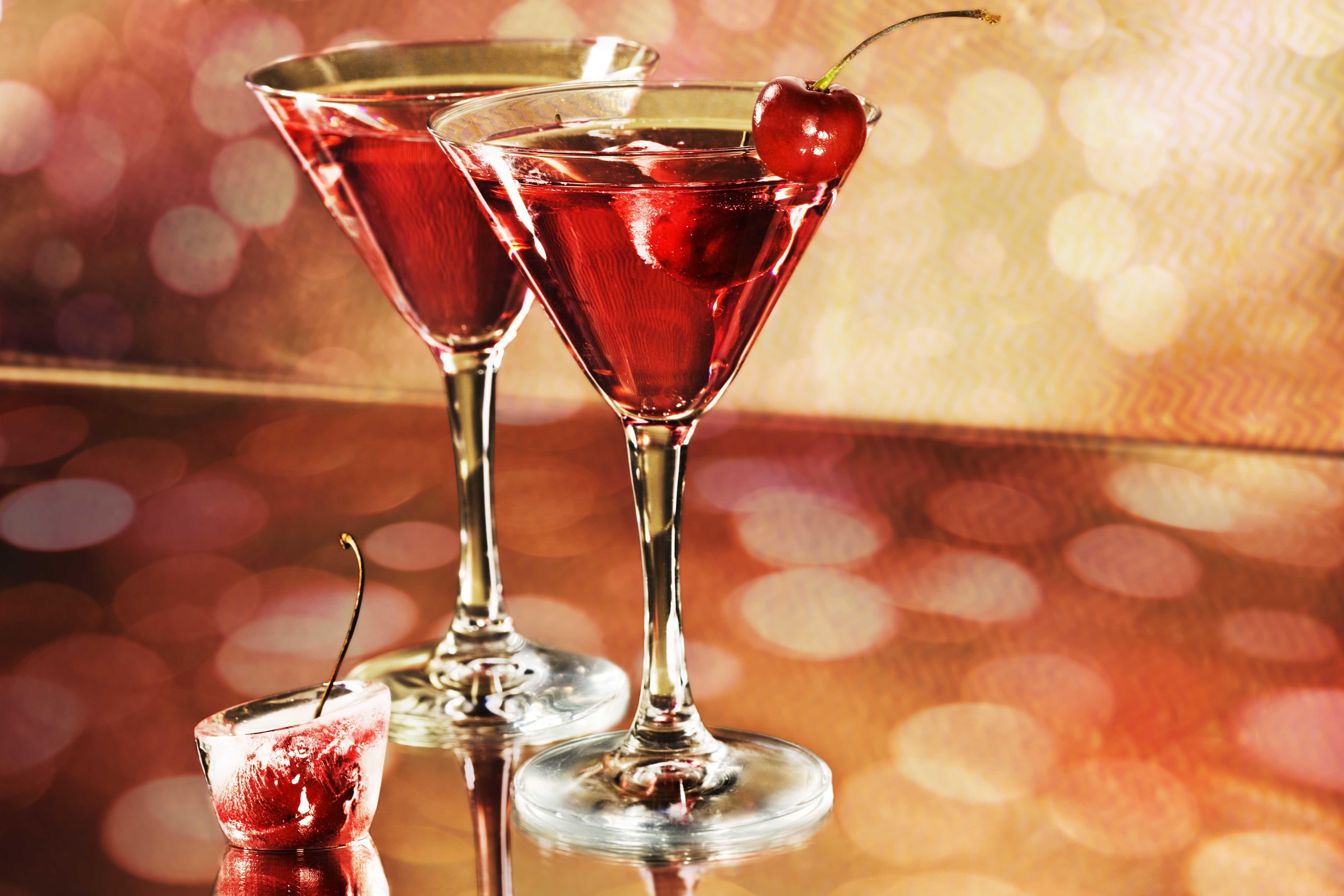 Doua cocktailuri pe masa, fiecare cocktail e aranjat.