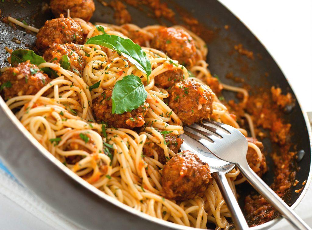 spaghete cu chiftele i sos de rosii retete culinare romanesti si din bucataria internationala. Black Bedroom Furniture Sets. Home Design Ideas