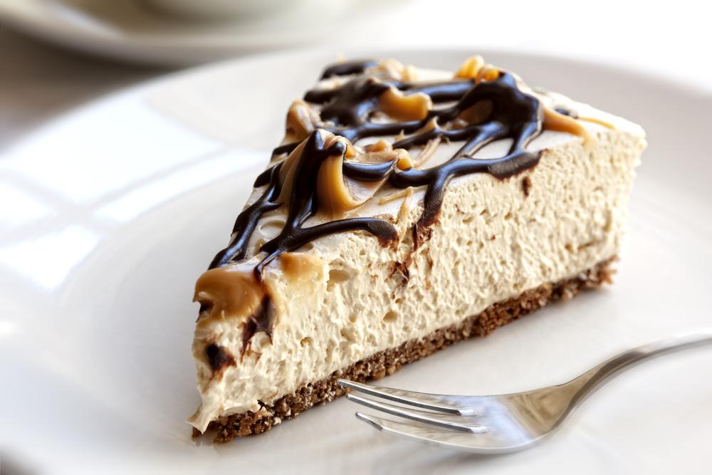 Cheesecake cu caramel şi ganache de ciocolata