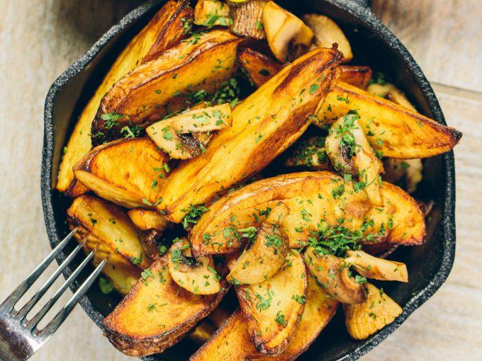 cartofi la cuptor - ierburile aromate puse pe cartofi