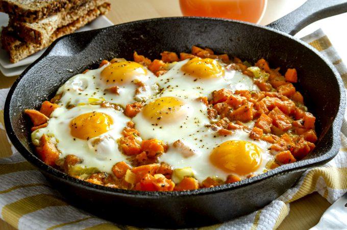 Ouă ochiuri cu cartofi dulci