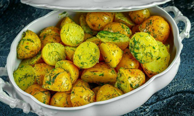 cartofi noi cu unt si marar