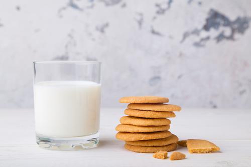 Fursecuri rapide servite lângă un pahar cu lapte
