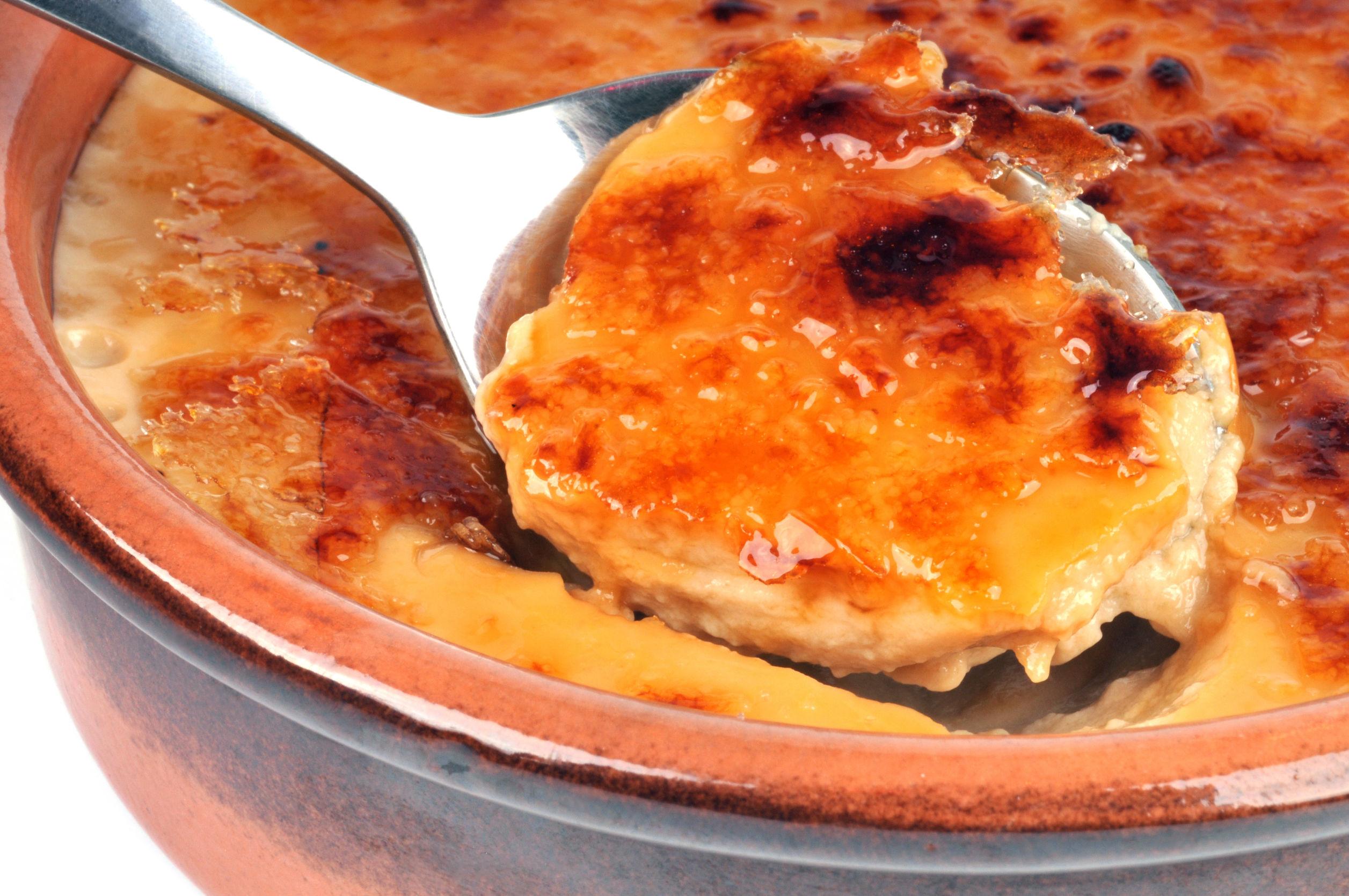 Dintre nenumăratele deserturi care există, tortul de mere cu cremă de zahăr ars se numără printre cele mai delicioase și fine.