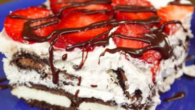 Tort de biscuiți Oreo cu căpșuni și frișcă